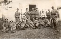 Cpa-photo D'un Groupe De Soldats, Képis, Casques, Jeune Homme Avec Baïonnette, Chaussures à Clous, ..(44.40) - Guerre, Militaire
