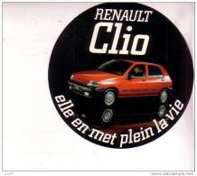 AUTOCOLLANT  -  RENAULT  -  CLIO  -  Elle En Met Plein La Vie - Autocollants
