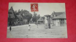 SAINT-JULIEN-LE-FAUCON ( Calvados) Les Halles Et Un Coin De La Place - France