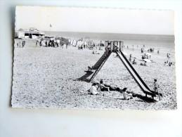 Carte Postale Ancienne : LE CLAPET LES MATHES : Jeux Sur La Plage, Avec Cachet Du Camping Le Clapet En 1963 - Les Mathes