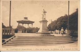 PARTHENAY (Deux-Sèvres), - Place Du Drapeau - Le Kiosque Et La Donneuse De Pain - Parthenay