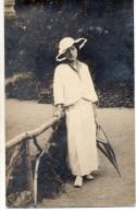 THEMES - PHOTOGRAPHIE - Yvonne à Chatel Guyon - Une Femme Avec Un Parapluie - Photographs