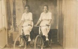 THEMES - PHOTOGRAPHIE - Deux Femmes Sur Des Vélos - Photographs