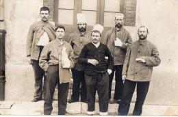 CPA 730 - MILITARIA - Carte Photo Militaire -  Croix - Rouge - Blessés - Hopital .... à BRIANCON - Personnages