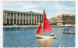 LE HAVRE EN 1965 - N° 1301 - LE BASSIN DU COMMERCE AVEC VOILIER - Ed. M. BERJAUD - FORMAT CPA - Port