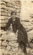 CPA Photo jeune femme en robe noire dans les rochers peut �tre Corse