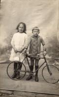 CPA Photo petit gar�on en culotte courte avec son v�lo bicyclette ancienne gros plan