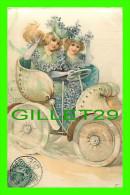 CARTE EN SOIE - 2 JEUNES FILLES DANS UNE VIEILLE VOITURE - CIRCULÉE EN 1906 - - Cartes Postales