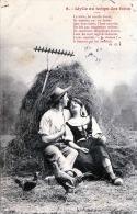 JUNGES VERLIEBTES PAAR Im Heuhaufen Hühner Rechen Heuschober - Idylle Au Tempa Des Foins, Karte Gel.1904 - Paare