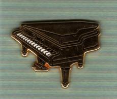 Pin´s  ARTHUS  BERTRAND  Musique, Piano  Doré  Avec  La  Banque  B N P - Arthus Bertrand