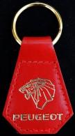 Ancien porte-cl� des ann�es 60 Lion PEUGEOT sur cuir rouge - �tat NEUF -