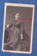 Photo Ancienne CDV Vers 1860 / 1870 - PARIS - Jeune Fille Parisienne - Robe Ceinture Chaise - Photographie Pierre Petit - Anciennes (Av. 1900)