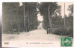 LE VAUDREUIL . Route De Rouen Au Passage à Niveau . - Le Vaudreuil