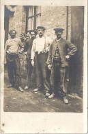 CARTE PHOTO A IDENTIFIER -    Un groupe d'Hommes posant devant une maison --  - VAN1 -