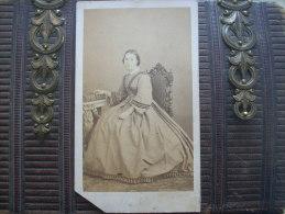 Photo CDV Eugène De Paris à Toulon -  Jeune Femme (léontine Lombard) Grande Robe Avec Galon  - Datée 1863  L168A - Photos