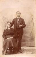 CPA Photo s�pia couple en tenue du dimanche faux d�cors studio