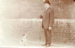 carte  photo , homme donnant un sucre a son chien