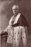 carte photo , belle tenue d�un religieux en pose