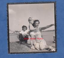 Photo Ancienne - INDOCHINE - Une Femme Et Son Enfant Blond à Moitié Nu - Jeune Fille Asiatique Nourrice - Foto