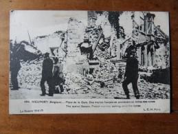 NIEUPORT (BELGIQUE) des marins fran�ais se prom�nent au milieu des ruines