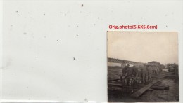 Orig.Photo Allemande- Soldats Allemand  Chargent Matériel S/barge Traverse S/l´eau (FRONT DE L´EST Guerre14-18)2scans - Guerra 1914-18