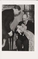 BAPTEME DU DAUPHIN 5 7 1933 (14) SUIVANT UNE COUTUME MONSEIGNEUR LE DUC DE GUISE FROTTE LES LEVRES DU PETIT DAUPHIN ... - Gevangenis