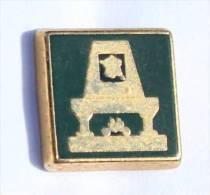 Petit Pin´s LOGIS DE FRANCE - Le Logo - Cheminée - Carte De France - Zamac - Moret S.A - D1055 - Trademarks