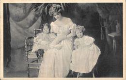 [DC5644] CARTOLINA - FAMIGLIA - AMMMA CON BAMBINI SEDUTI - CP - V - Old Postcard - Gruppi Di Bambini & Famiglie