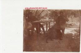 Orig.Photo Allemande- Militaires Soldats Allemand A Table Avec Leur Chien(FRONT DE L´EST Guerre14-18) - Guerra 1914-18