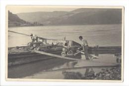 10309 -  Chargement D'une Barque  Brouette Amenant Du Bois Et Travailleurs  1940-45 - Te Identificeren