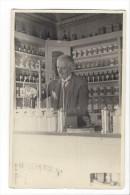 10310 -  Pharmacien Ou Droguiste Devant Son Laboratoire 1940-45 - Métiers