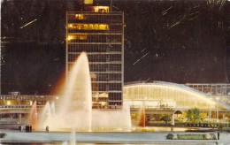 NEW YORK INTERNATIONAL AIRPORT / NIGHT VIEW OF THE BEAUTIFUL FOUNTAIN OF LIBERTY IN INTERNATIONAL PARK - Transports