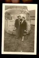 PHOTOGRAPHIE D'un Couple A L'arrière D'un Autocars De La Compagnie HANGARS à YVETOT 76 - Auto's