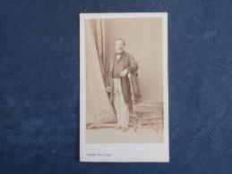 Photo CDV  P. Petit à Paris Parc Du Champ De Mars - Homme En Pied Accoudé Sur Dossier De Chaise - Circa 1860 - L168B - Anciennes (Av. 1900)