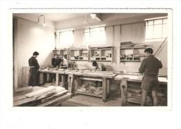 Photo 13,5 X 8,5 Cm : 27 - Verneuil Sur Arve :Ecole Des Roches  Un Atelier - Jeunes Gens Travaillant Dans Un Atelier - Métiers
