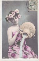 CPA FANTAISIE FEMME A LA CRUCHE COURONNE ROSE EAU DEVERSEE 1905 - Mujeres