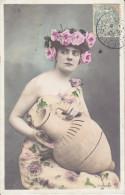 CPA FANTAISIE FEMME A LA CRUCHE COURONNE ROSE EPAULE DEGARNIE HANSES  1905 - Donne