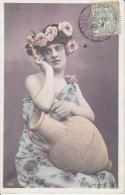 CPA FANTAISIE FEMME A LA CRUCHE COURONNE ROSE MAIN JOUE  1905 - Donne