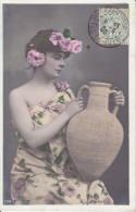 CPA FANTAISIE FEMME A LA CRUCHE COURONNE ROSE MAIN HANSES REGARD  1905 - Donne