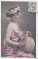 CPA FANTAISIE FEMME A LA CRUCHE COURONNE ROSE SUR LE COTE REGARD  1905 - Mujeres