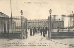 VANNES - 56 - Caserne D'artillerie Avec Enfant 1er Plan - PUB LE TAILLEUR MODERNE LYON Au Bas - VAN - - Vannes