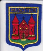 ECUSSON TISSU BRODE MUNSTER HAUT RHIN CHATEAU ARMES BLASON HERALDIQUE - Blazoenen (textiel)