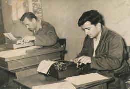REAL PHOTO -Typewriter, 2 Men Write On Typewriters, 2 Hommes écrivent Sur Des Machines à écrire,  ORIGINAL - Photos