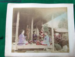 JAPON - 19ème Siècle - 2 Photos Sur Papier Albuminé Et Aquarellé - HIKONE Salon De Thé - UJIBASHI - Ancianas (antes De 1900)