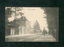 Foug (54) - La Gare ( Chemin De Fer Vue Interieure Animée Avec Train éditeur Non Mentionné) - Foug