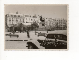 PHOTOGRAPHIE   VOITURE TRACTION SOUS LA NEIGE 66 PERPIGNAN PLACE ARAGO  en 1956