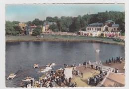 BAGNOLES DE L´ ORNE EN 1958 - N° 8 - UN COIN DU LAC ET LE CASINO DES THERMES AVEC PEDALOS - CPSM GF - Bagnoles De L'Orne