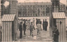 35 VITRE ENTREE DE LA CASERNE DU 70 E REGIMENT D'INFANTERIE CARTE PRECURSEUR CIRCULEE EN FRANCHISE MILITAIRE EN 1914 - Barracks