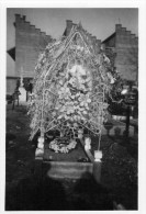 Petite Photo Originale D´une Superbe  Gerbe En Perles De Verre Dans Un Cimetière    (44.55) - Photographs