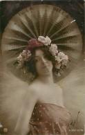 Themes Div - Ref K106-  Femme Et Beau Chapeau Isola Bella - Italie - Italia  Carte Bon Etat   - - Italia